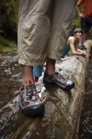 09580d01e1b Pocit jako v přezkáčích. Trekové boty se liší především výškou a tuhostí.  Právě tyhle dva parametry přitom zásadním způsobem ovlivňují jejich  biomechanické ...