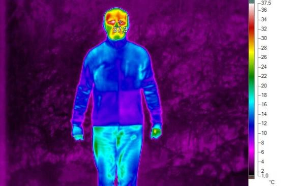 """V TRIČKU ROLÁKU A BUNDĚ DEVOLD: Skoro celé mé tělo je tmavě modré, ana povrchu oblečení tedy """"studené"""". Znamená to, že mi tělesné teplo skoro neuniká."""
