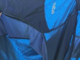 Při pohledu proti světlu jsou zateplovací panely průsvitné. Právě proto taky bunda tak dobře dýchá.