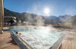 Přímo z bazénu hotelu Dachsteinkonig budete mít hory jako na dlani