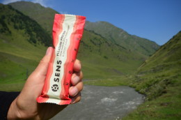 Kavkazské údolí Omalo a česká tyčinka Sens s thajských cvrčků