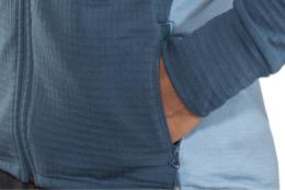 Rukávy mají dlouhé náplety, takže do nich nefouká a dobře drží tvar.