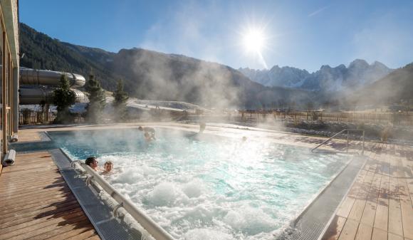 Z bazénu hotelu Dachsteinkonig budete mít dokonalý výhled na horské velikány.