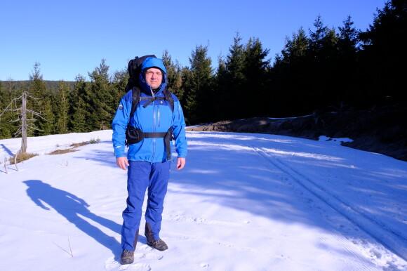 Na zimním treku mne přes den chrání před větrem a sněhem komplet Protector od šumavského High Pointu.