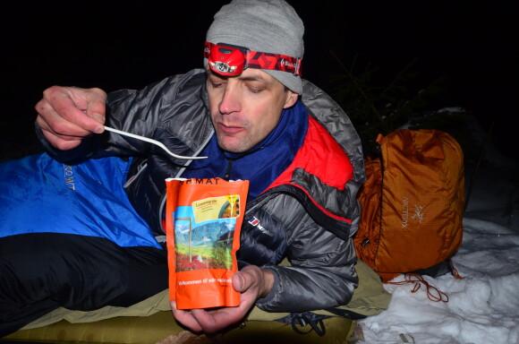 Dobře nasycenému tělu je v noci větší teplo než hladovému. Kalorická večeře v podobě norské expediční stravy Real Turmat.