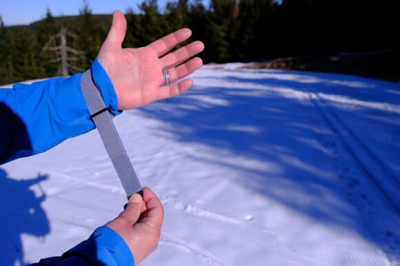 Jednodotykové stahování rukávů se dá snadno ovládat i v rukavicích.