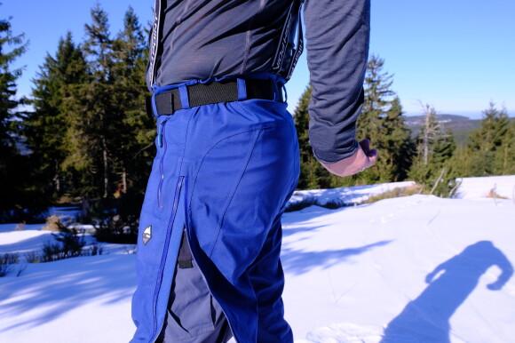 Kalhoty se dají rozepnout po celé délce.