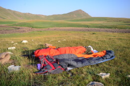 Nocleh pod širákem v nejlehčím Duvetu 500 na pláních Arménie u jezera Sevan.