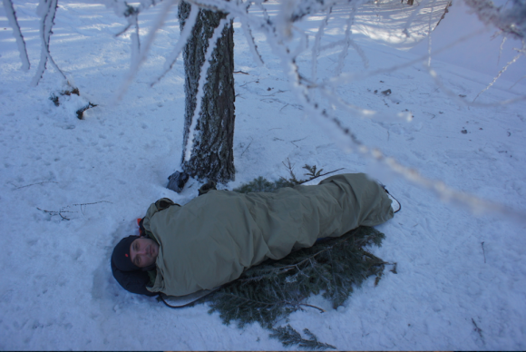 Na drsnějších zimních akcích používám dva Duvety do sebe (800, 1200) plus bivakovací pytel proti sněhu a větru. Tato kombinace zajišťuje tepelnou pohodu i při arktických teplotách.